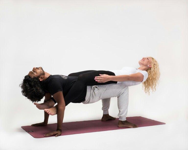 Парная йога - 12 простых асан для начинающих и полезные эффекты от занятий вдвоем