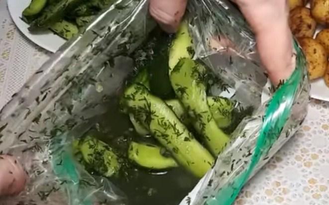Маринованные огурцы соленые в литровых банках