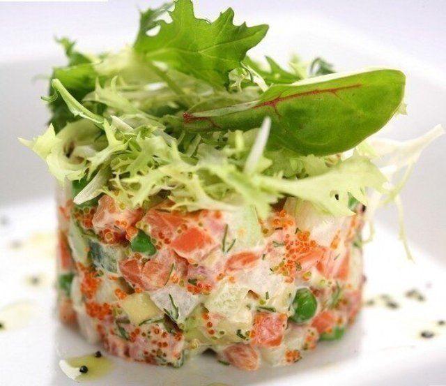 Салаты с отварной красной рыбой: рецепты