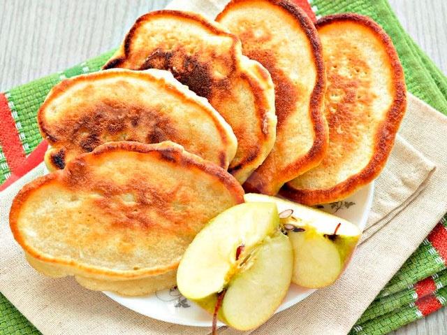 Как приготовить яблочные оладьи на молоке