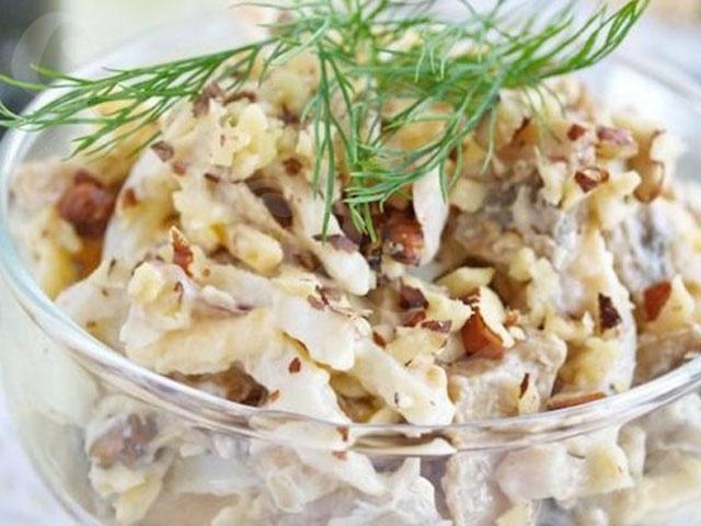Готовим вкусный салат с кальмарами, яйцом и луком
