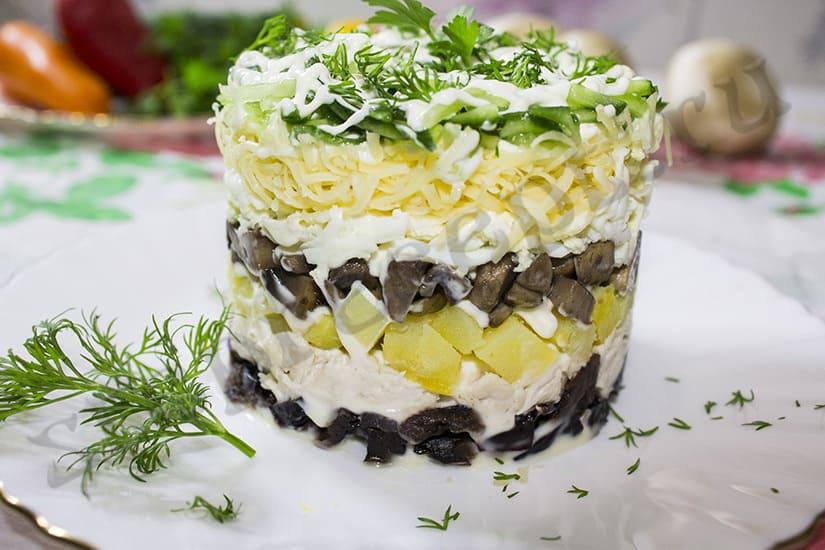 Салат слоями с курицей, грибами, черносливом и орехами
