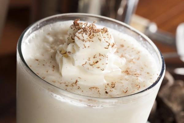 Молочный коктейль в домашних условиях с мороженым в блендере