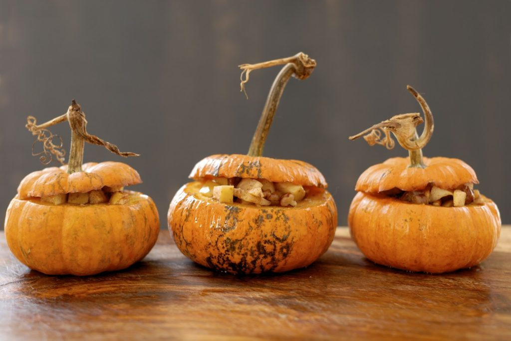 Запеченная тыква в духовке с яблоками, с орехами, с корицей