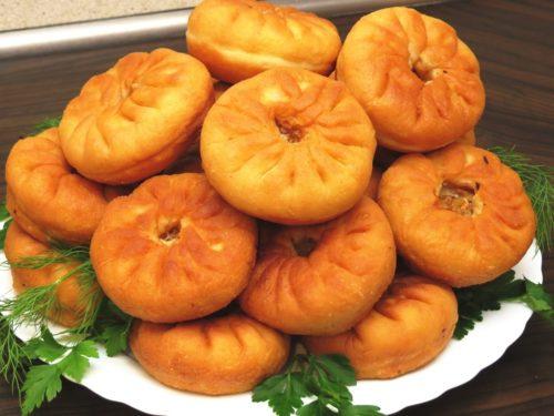 Беляши на кефире — варианты приготовления блюда в сковороде и в духовке