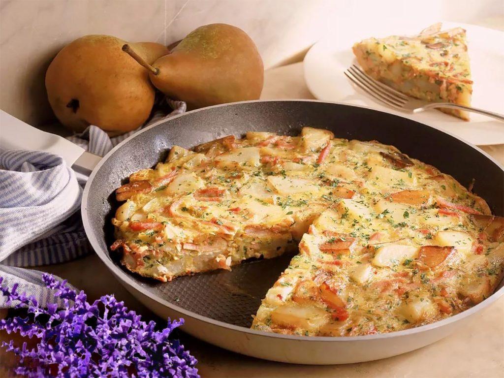 Готовим на завтрак омлет с картошкой на сковороде