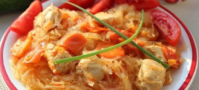 Как приготовить фунчозу с курицей и овощами