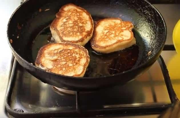 Готовим пышные дрожжевые оладьи на воде: рецепт