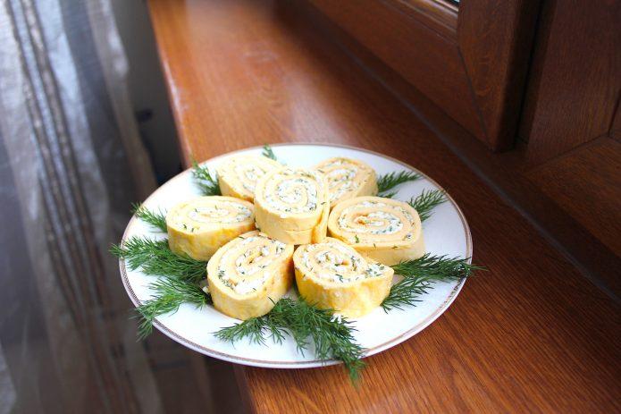 Как приготовить рулет из омлета с начинкой: пошаговые рецепты