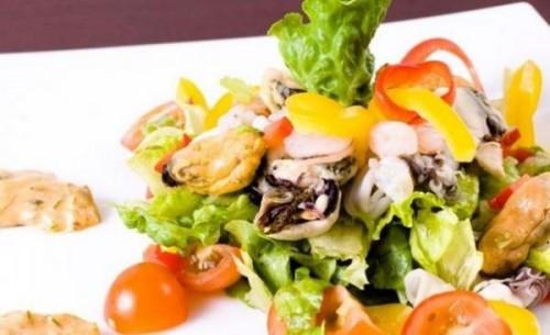 Салат с морепродуктами и болгарским перцем: рецепты
