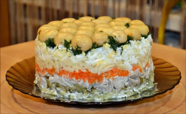 """Готовим слоеный салат """"Грибная поляна"""" в домашних условиях"""