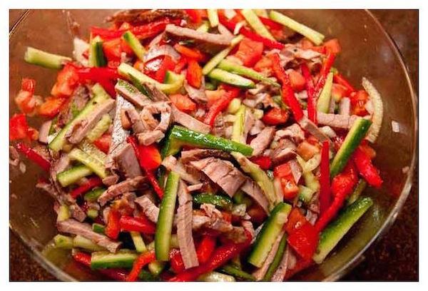 Лёгкий в приготовлении салат с ветчиной, сыром, грибами и огурцом