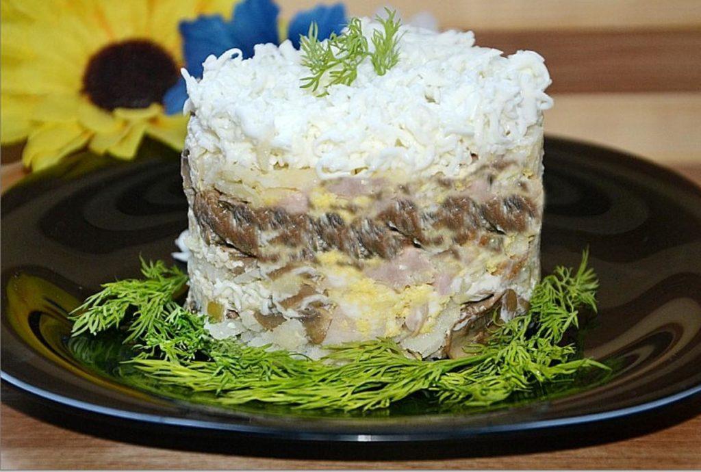 Салат с копченой курицей и маринованными грибами к празднику