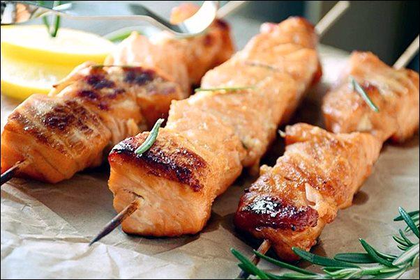 Готовим шашлык из рыбы на мангале на шампурах или решетке