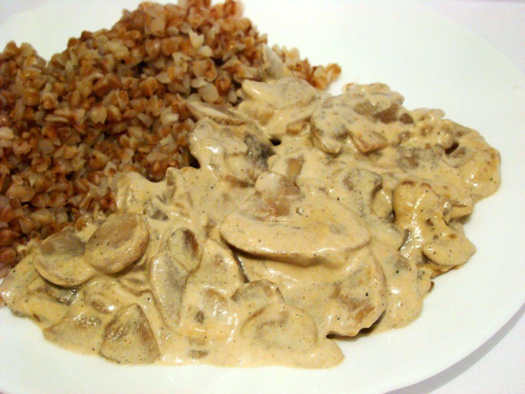 Как приготовить грибы в сметанном соусе на сковороде