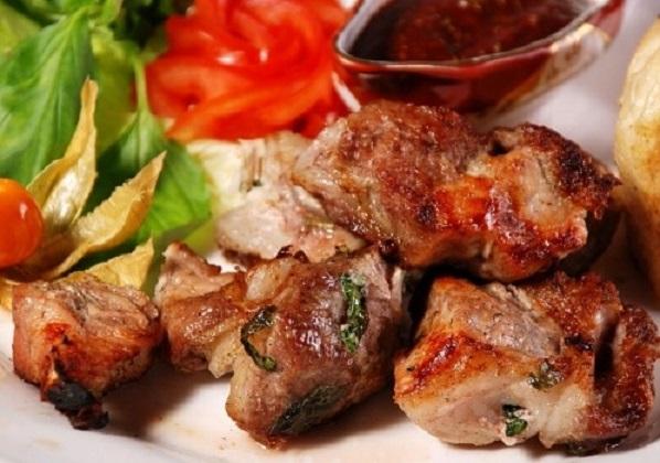 Как готовить правильный шашлык из свинины на мангале